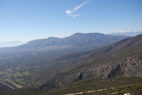 Auf dem Rückweg vom Windrad-Spaziergang der Blick auf die Ebene, im Hintergrund die Stadt Molai