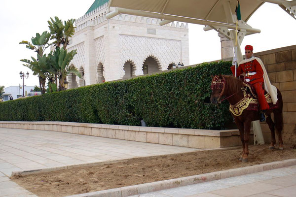Berittene Palastwache vor dem Mausoleum Mohammed V in Rabat