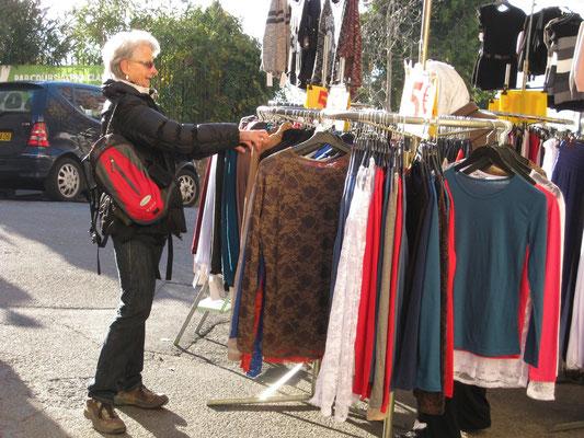 Stöbern auf dem Markt von Fayence