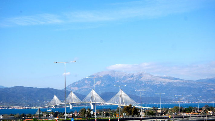 Der imposante Brückenbau verbindet Patras mit dem Festland