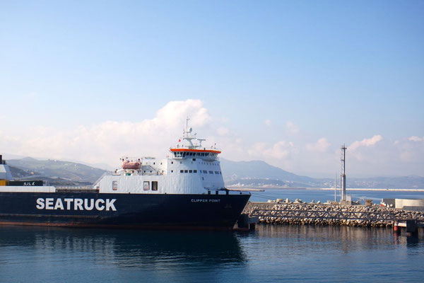 Einfahrt in den  Hafen von Tanger Med
