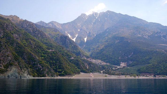Der Berg Athos in seiner vollen Grösse - hier wendet der Kapitän den Kahn ...