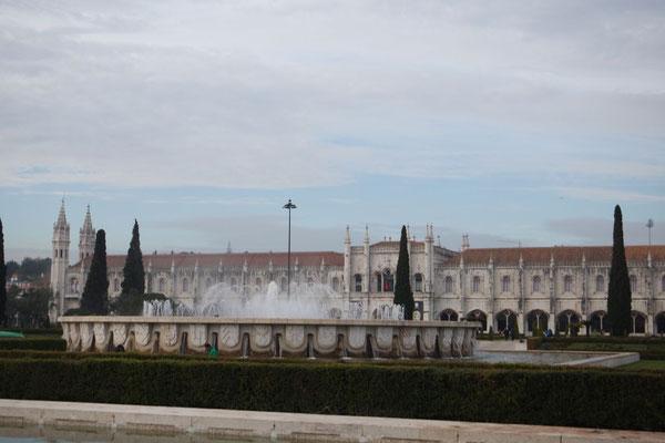 Blick zum Kloster vom Praça do Imperio