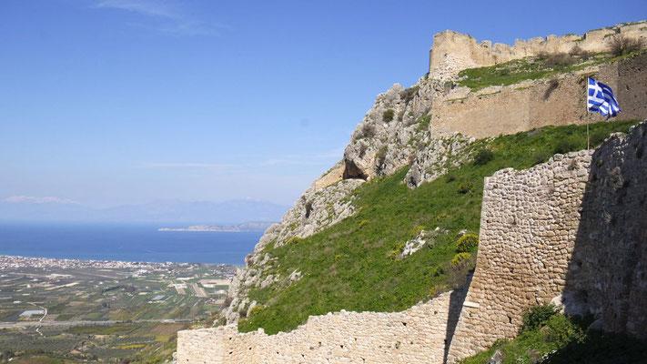 Der Prachtstag lockt zum Besuch von Akrokorinth, das einst die Akropolis vom antiken Korinth war
