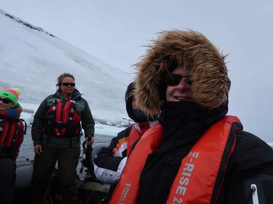 Expeditions-Leaderin Lynn, die wetterfeste BC-Kanadierin hat das Steuer im sicheren Griff