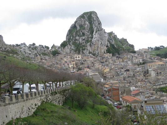 Caltabellotta, das Bergdorf das am Fels klebt mit der Marktstrasse im Vordergrund