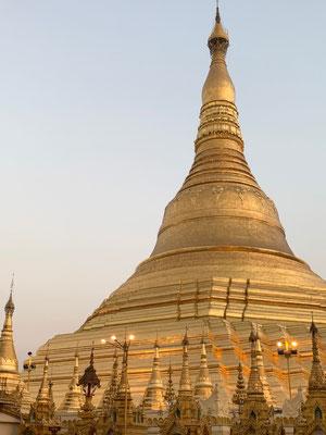 Die kostbare Kuppe der Shwedagon Pagode in Yangon