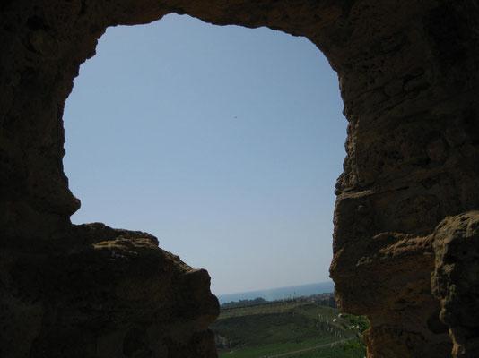 Schöne Aussicht durchs Loch auf die Ebene
