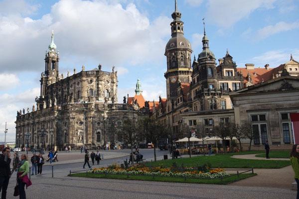 Blick vom Theaterplatz zur Kathedrale und zum Schloss