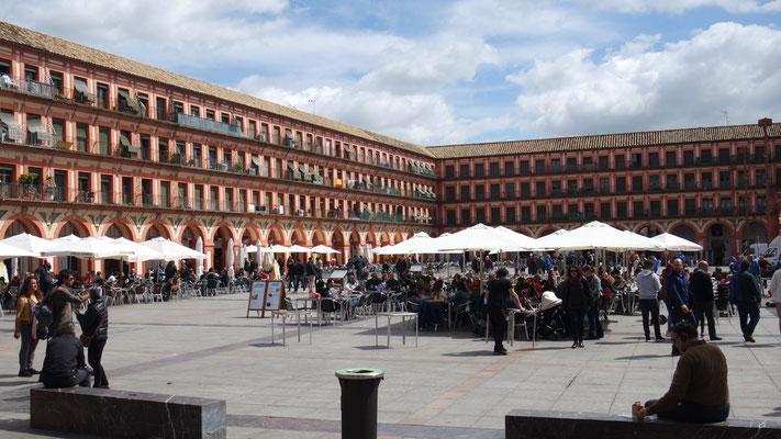zur fast überdimensionalen Plaza de la Corredera in Còrdoba