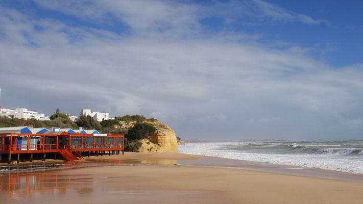 Strandfriede von Armação de Pêra während einer Sturmpause