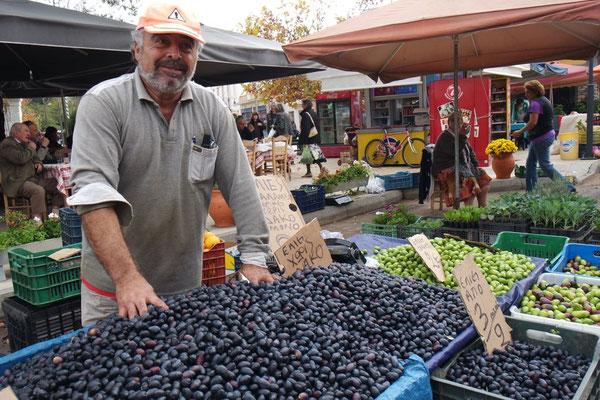 Und flugs strahlt der Olivenbauer für ein Foto!