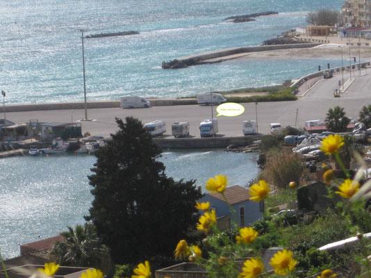 Blick von der Stadt zum Hafen(camp)