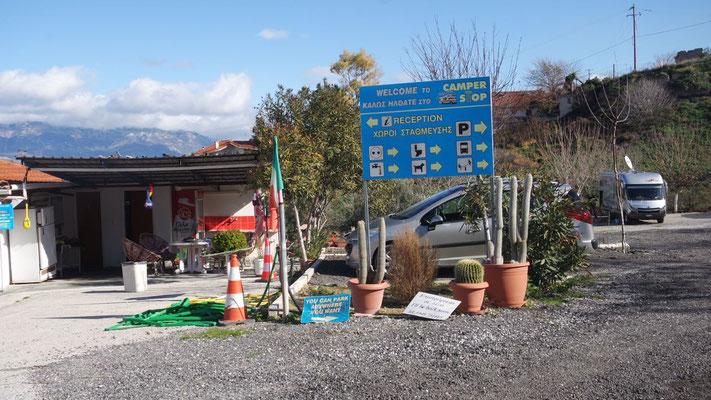 Im Eingangsbereich vom Camper Stop in Alt Korinth