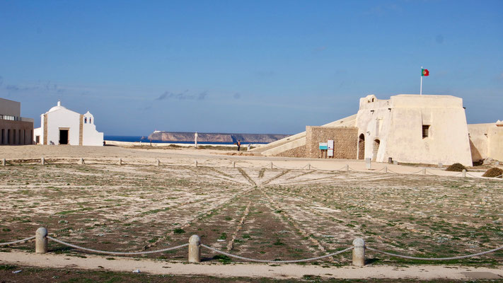 Die Windrose von Sagres aus dem 15. Jahrhundert. Der eindrückliche, gepflasterte Steinkreis mit 43 m Durchmesser befindet sich innerhalb der Festung