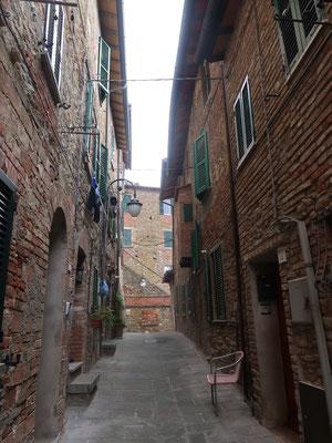 Barni streift allein durch die Gassen von Passignano
