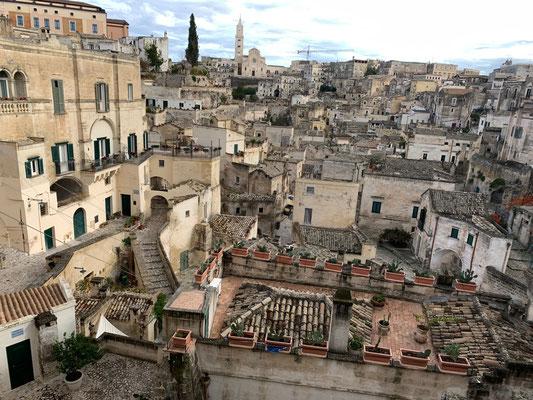 Blick auf das berühmte Stadtviertel der Sassi di Matera, Weltkultur-Erbe seit 1993