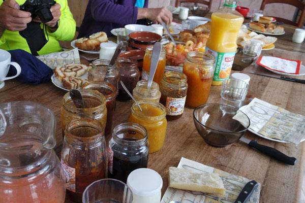 So kann ein Frühstückstisch aussehen