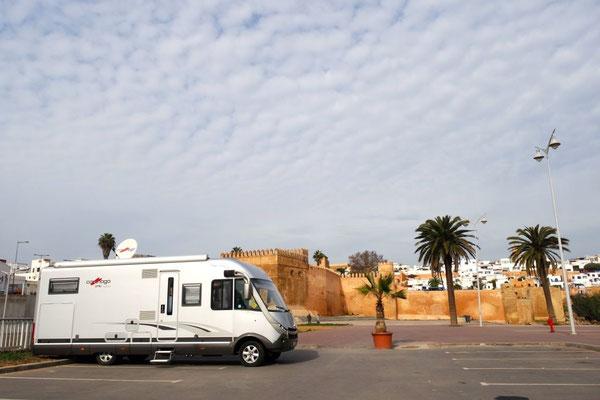 Der Stellplatz in Rabat am Fluss Bou Regreg und am Fusse der Festung