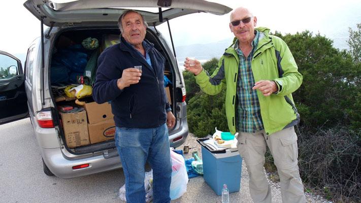 Er, Nico hat uns beim Vorbeigehen kurzerhand einen kleinen Tsipouro offeriert - den Imbiss haben wir dann freundlich ausgeschlagen!
