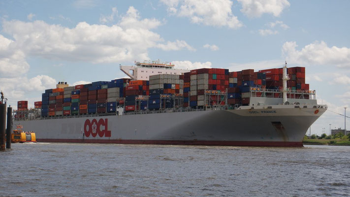 Das schwer beladene Container-Ungetüm begibt sich auf hohe See
