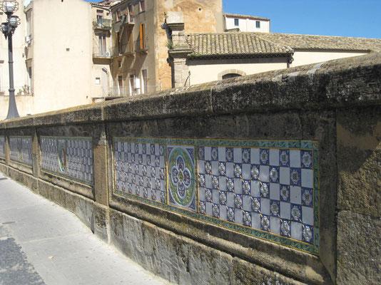 Keramikkunst an der Brücke