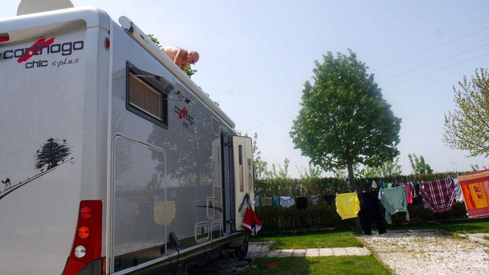 Arbeitsteilung auf dem Camping in Vranje: Dachreinigung für IHN und Wäsche waschen für SIE