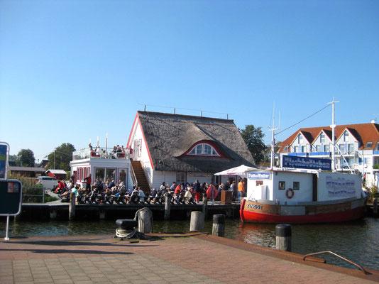 Am Hafen in Zingst, das typische Reetdach vom Restaurant Kranich