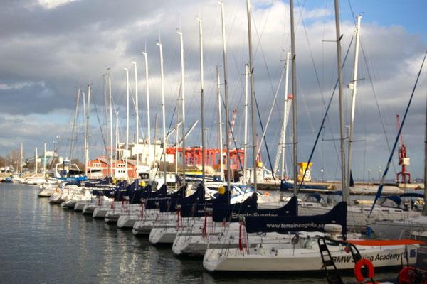 In Reih und Glied ruhen die Boote der Segelschule im Hafengelände von Lissabon