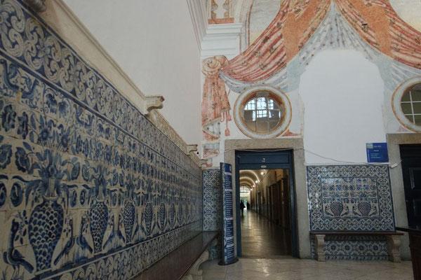 Kunstvolle Azuleijos-Wände in den Gängen der Universität