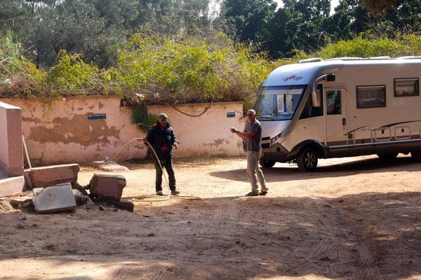 An der Entsorgungsstelle auf dem Camping in Safi