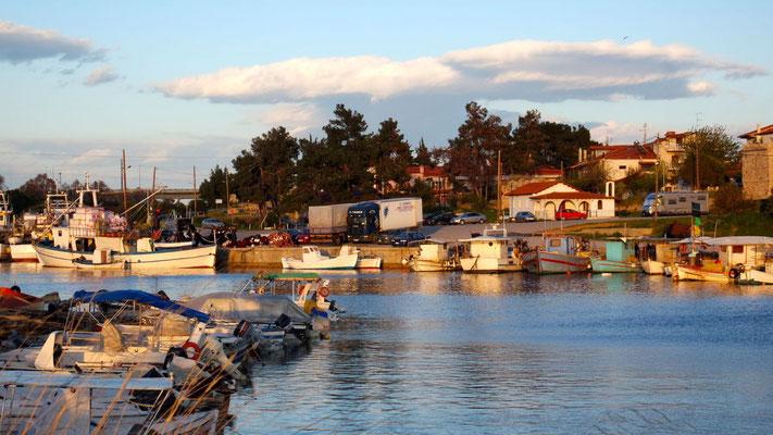 Friedliche Hafenstimmung in Nea Potidea