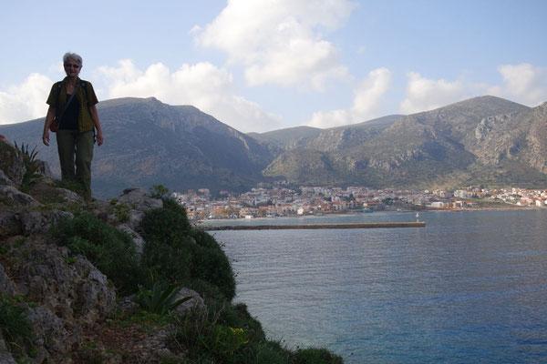 Auf der Wanderung rund um den Fels bis ins Städtchen