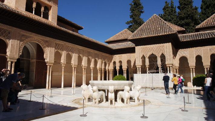 Der Löwenhof im Innern des Palastes