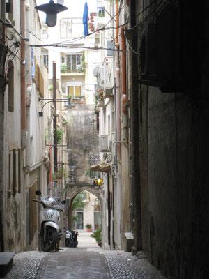 Eindrücke auf dem Stadtbummel durch Sciacca: die reizende Gasse