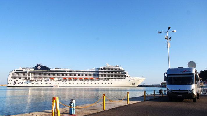Ein Wochenende am Hafen von Katakolo - Die Besucher (auch CHer mit dabei!) der MSC Magnificia sorgen für Unterhaltung