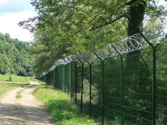 In Vinica ist die Grenze zu Kroatien entlang der Kolpa mit dem Stacheldrahtzaun gesichert
