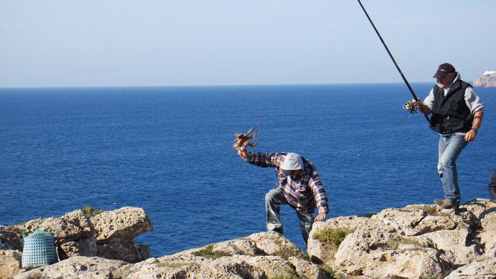 Der erfolgreiche Pulpo-Angler schlägt das Tier anschliessend  mehrmals über den Fels, damit es beim Kochen zart wird