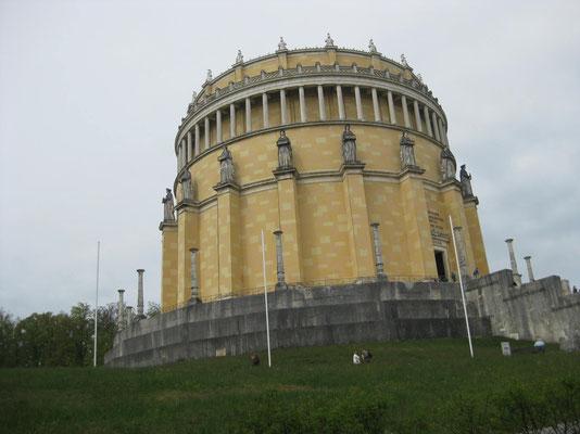 Das imposante Bauwerk als achtzehneckiges Polygon