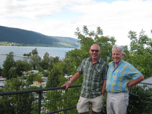 Zwei ehemalige Arbeitskollegen freuen sich am Ruhestand
