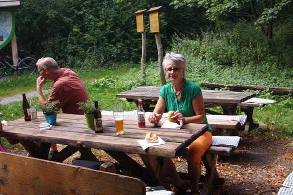 Pause für eine echte Thüringer Rostbratwurst auf der Radtour im Hainich Nationalpark