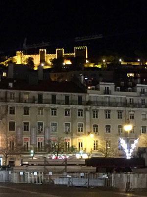 Das Castelo Sao Jorge am weihnachtlichen Leuchten