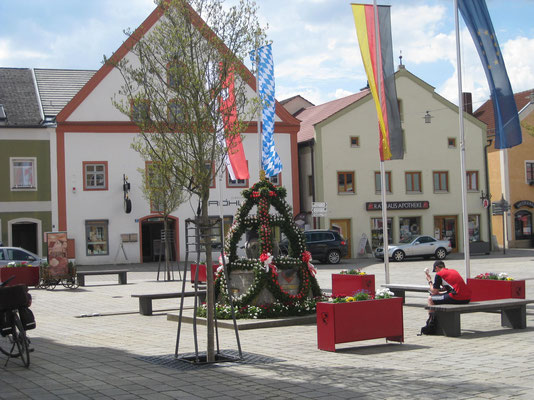 Der schmucke Dorfplatz von Riedenburg
