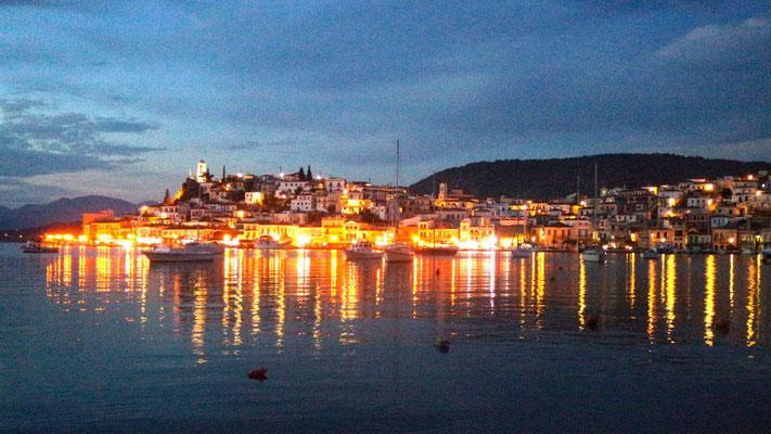 Die Insel Poros by night