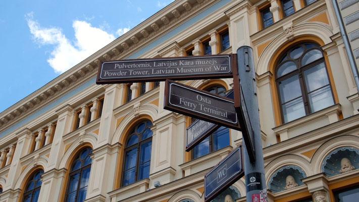 Jugenstilfassade und Wegweiser in der Altstadt