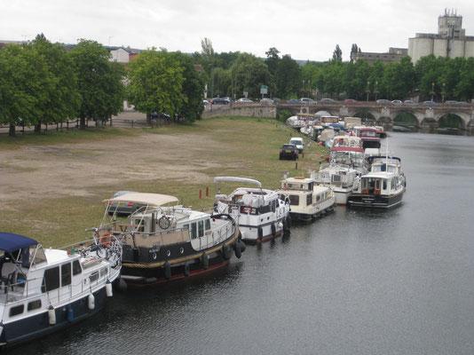Grossandrang der Hausboote an der Yonne