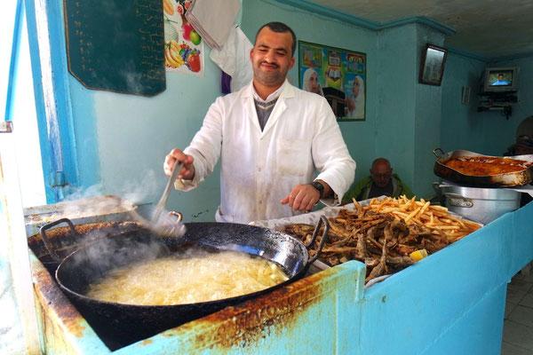 Der Imbissbudenbesitzer in der Medina von Larache holt uns mit seinem Strahlen ab