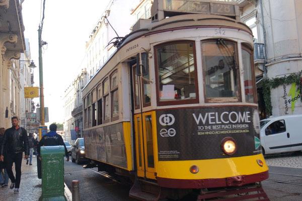 Die legendäre Eléctrico-Strassenbahn Nr. 28 meistert auch die anspruchsvollsten Steigungen Lissabons