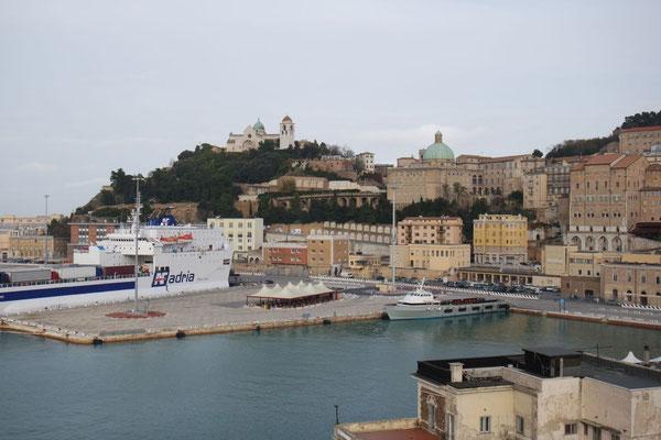 Warten auf die Abfahrt im Hafen von Ancona