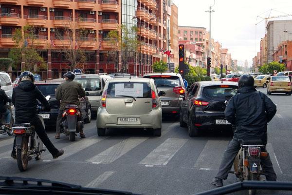 Alle sind sich einig, dass sie bei grün links abbiegen werden - eine völlig alltägliche Verkehrssituation in Marrakech